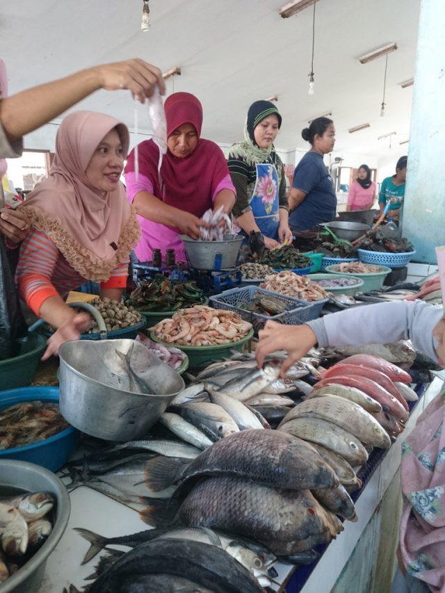 suasana di pasar ikan pantai depok jogja